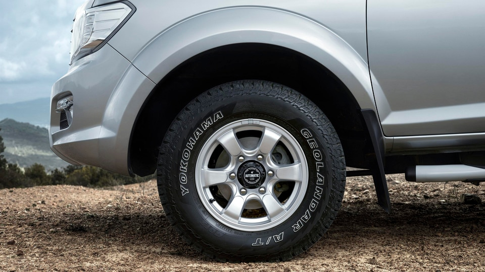 New PEUGEOT Pick Up: Aluminium wheel rims equipped with YOKOHAMA Geolandar A/T G015 tyres in size 215/75 R 15.